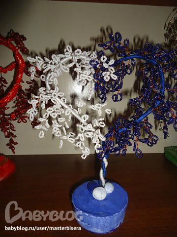 Бисер можно использовать в очень... обязательна.  Вот еще одно деревце, плела в подарок для хороших соседей.