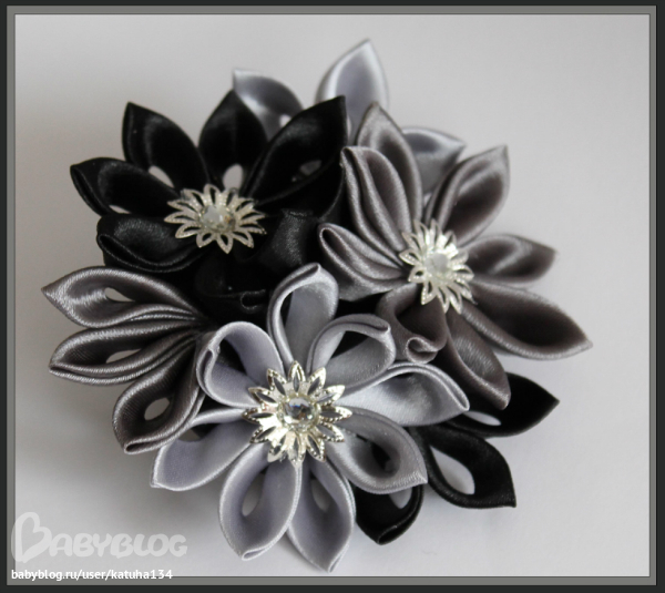 Бело-черные цветы канзаши