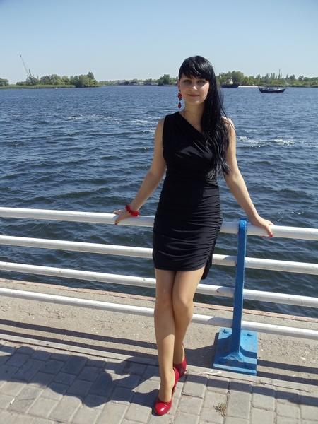 Черное платье и красные серьги