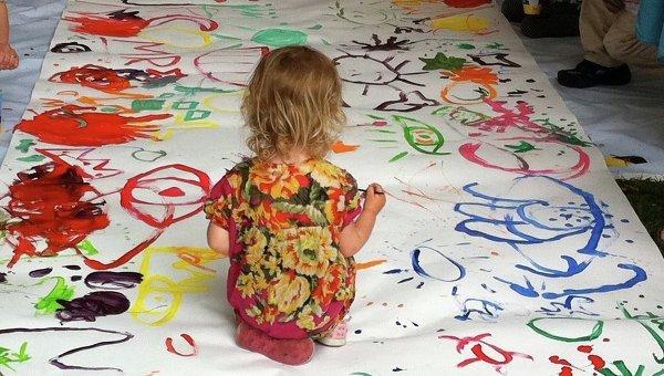 вид одежды когда ребенок рисует маму в деталях отбирает