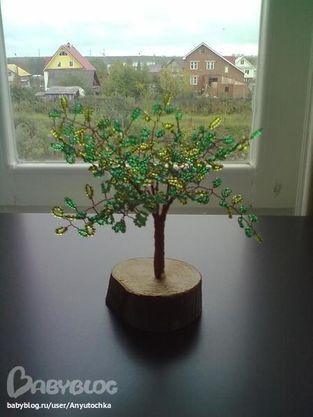 Плету деревья из бисера.