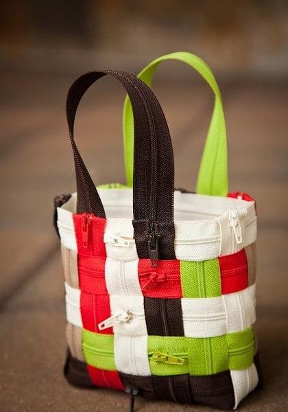 Эта сумочка будет достаточно прочная.  Вот очень интересная идея…Из молний можно сделать такую хозяйственную сумочку.