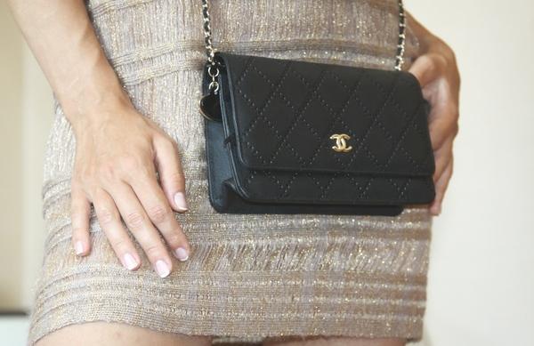 Женская темно-синяя сумка на цепочке с плетением