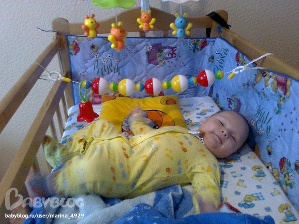 Дети в кроватке фото